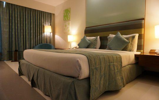 Rustykalna, a jednocześnie nowoczesna sypialnia
